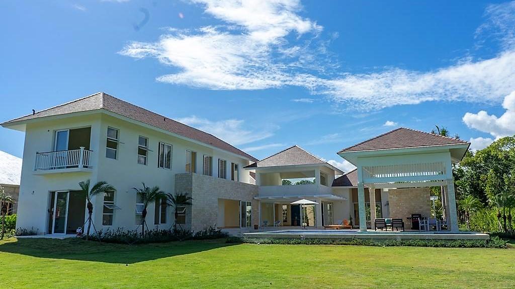 Luxury Villa with a large plot Hacienda C-12